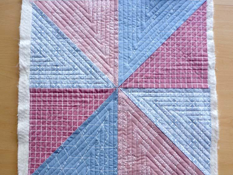 Comment créer un coussin en quilt: Étape 4: Le matelassage